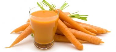 Морковь безусловно полезна для организма человека. Популярна она среди тех людей, которые постоянно ее употребляют. Если, съесть пару морковок в месяц, то не стоит думать, что лишний вес исчезнет. Также не нужно думать, что можно похудеть, если постоянно заканчивать свой завтрак, обед или ужин данным овощем. Это не так. А вот, если заменить картофельный гарнир на морковный, то это даст свои результаты.  Чем полезна морковка для человеческого организма?  Все привыкли верить и думать, что в морковке содержится много витаминов и полезных микроэлементов. Но, это не совсем так. Самым главным и ценным витамином  для похудения, который содержится в морковке, является витамин А. Поэтому, одна средняя морковка в день, может покрыть в организме нехватку ретинола. Если, во время обычного питания человеку не нужна повышенная доза ретинола, то на диетах человек теряет не только жир, но и мышечную массу. В этом случае необходим витамин А. Таким образом ретинол не дает возможности мышечным тканям расходоваться, при этом стимулируя выработку гликогена. Ведь гликоген, намного легче и быстрее расходуется и распадается, чем подкожный жир, который образуется с помощью глюкозы.  Как похудеть с помощью морковки?  Каждый из нас прекрасно понимает, что потеря веса, обычно, обуславливается следующими двумя факторами:  1) Употребление калорий меньше, чем их расход. Это значит, чем меньше человек ест и больше двигается, тем быстрее он теряет вес. Морковка помогает в похудение тем, что дает возможность больше заниматься спортом. Но только не нужно постоянно ей питаться. Заменить всю пишу на одну морковку можно только во время разгрузочных дней. А если этим злоупотреблять и питаться только одной морковкой, то это навредит организму.  2) Добавления в рацион, тех продуктов, которые разгоняют рацион. Например: овощи, фрукты. Морковка содержит в себе достаточное количество клетчатки, которая дает возможность ощущать сытность. Если человек ест морковь для похудения в твердом виде, то не нужно забыва